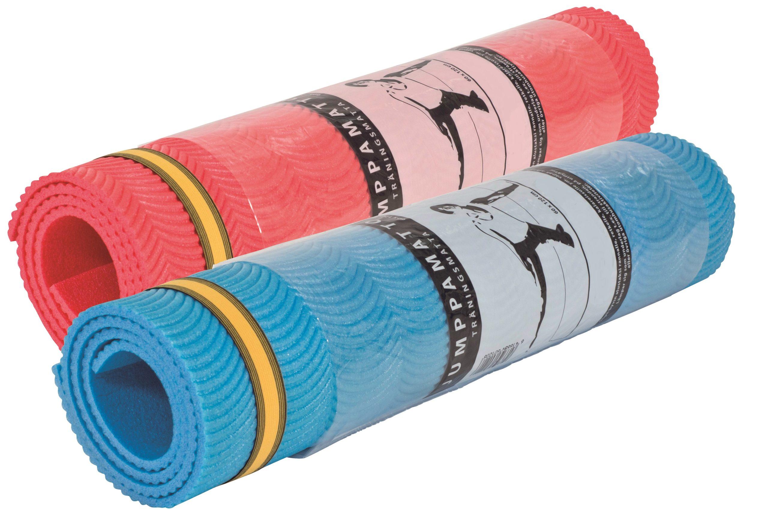 Duke Fitness jumppamattorulla, jota on kokonsa vuoksi helppo käyttää ja pitää mukana.